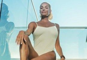 Розовый купальник и супершпагат: Анастасия Волочкова отдыхает на роскошной яхте