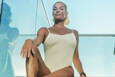 Розовый купальник исупершпагат: Анастасия Волочкова отдыхает нароскошной яхте