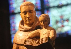 «Ой!» Статую в католической школе пришлось прикрыть из-за ее неоднозначного вида