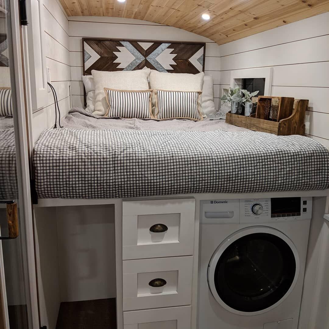 Здесь есть истиральная машина иполноценная двуспальная кровать
