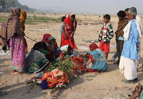 В Индии похоронили женщину, которую бил муж. Через неделю она вернулась домой