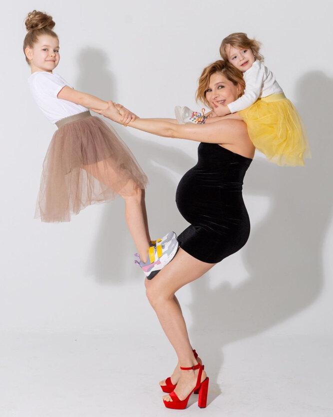 Елена Подкаминская с дочерьми во время третьей беременности
