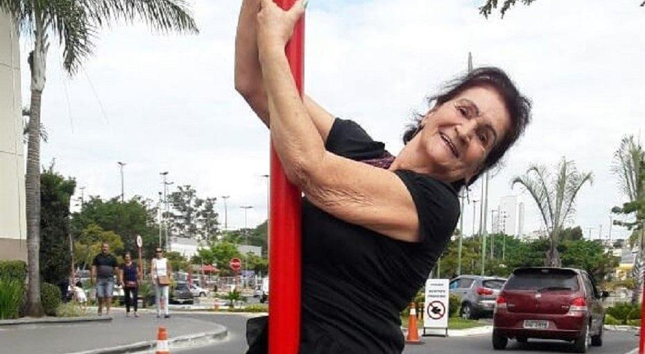 74-летняя бразильянка покоряет публику танцами нашесте