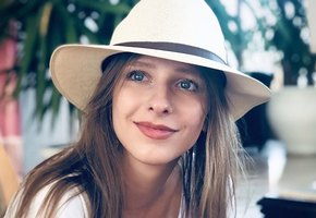 «Глаза олененка»: Лиза Арзамасова устроила «минутку инфантилизма» сдетским фото