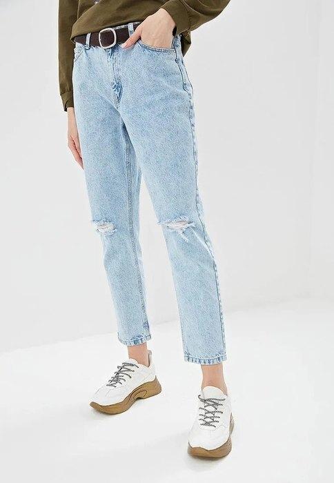 девушка в джинсах и светлых кроссовках