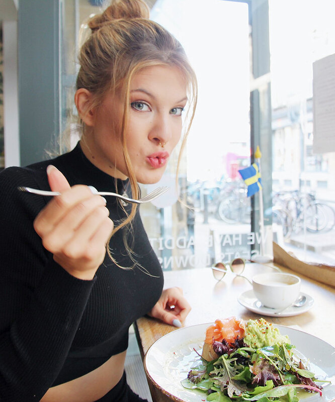 Девушка ест в ресторане