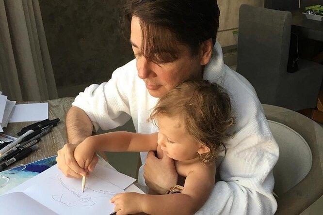 «Идеальный дедушка!» Валентин Юдашкин опубликовал трогательное фото сподросшим внуком
