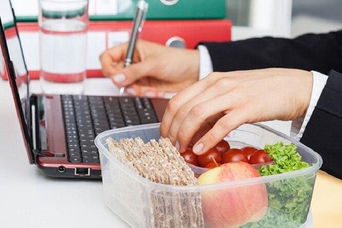 Работаем ихудеем: 4 правила, которые надо соблюдать наработе, чтобы похудеть