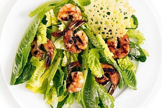 Салат «Цезарь» с креветками-гриль и сырными чипсами