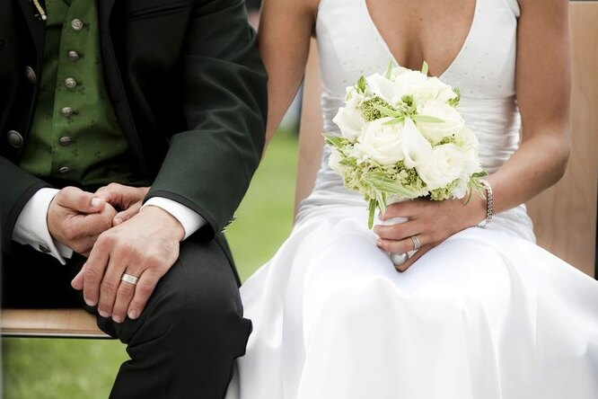 Невеста нестала мучиться свыбором свадебной обуви. Смотрите, что она надела