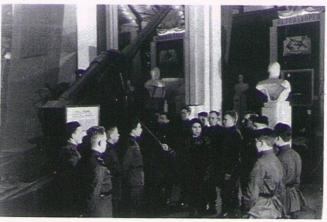 Нина Нонина во время экскурсии по Музею Обороны Ленинграда