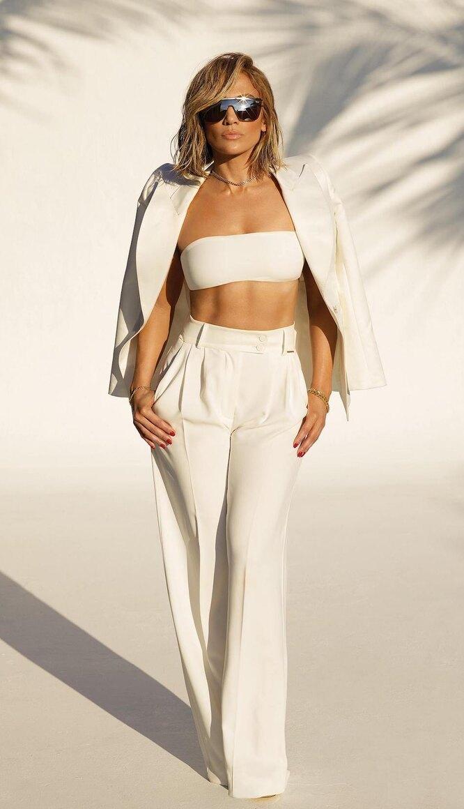 Дженнифер Лопес в белых широких брюках