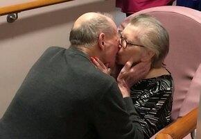 Не передать словами: трогательная встреча пожилой пары после 8 месяцев разлуки