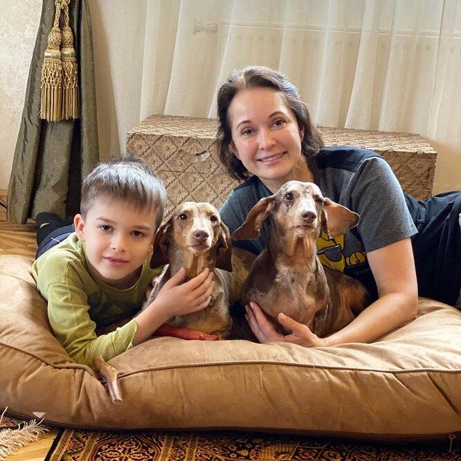 Ольга Кабо с младшим сыном Витей и их таксами фото
