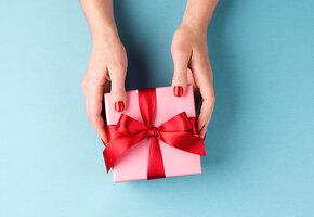 Для маленьких и взрослых: что подарить на 8 Марта любимой дочери?