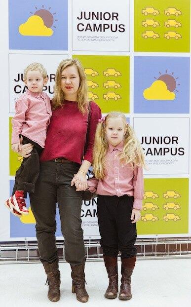 Алина Сапрыкина с детьми