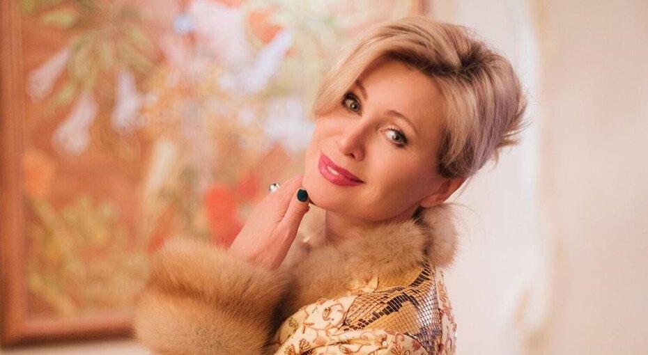 «Грех невлюбиться!» 56-летняя Вика Цыганова предстала вплатье свысоким разрезом