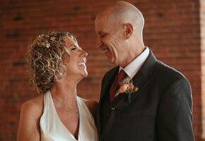Забыл ее, но не любовь к ней: мужчина с Альцгеймером снова женился на супруге