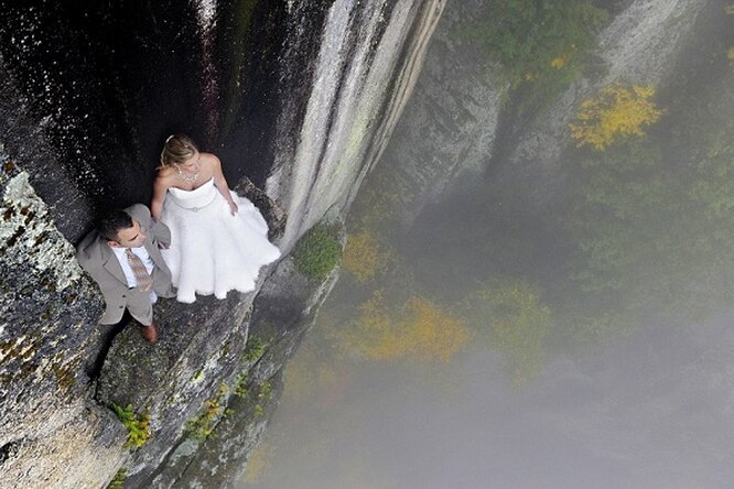 Молодожены устроили фотосессию на обрыве скалы высотой 106 метров