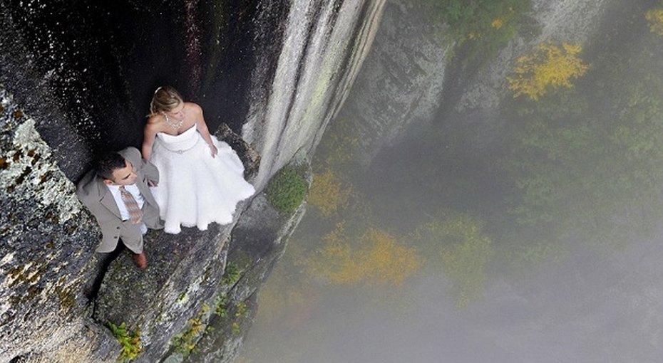 Молодожены устроили фотосессию наобрыве скалы высотой 106 метров