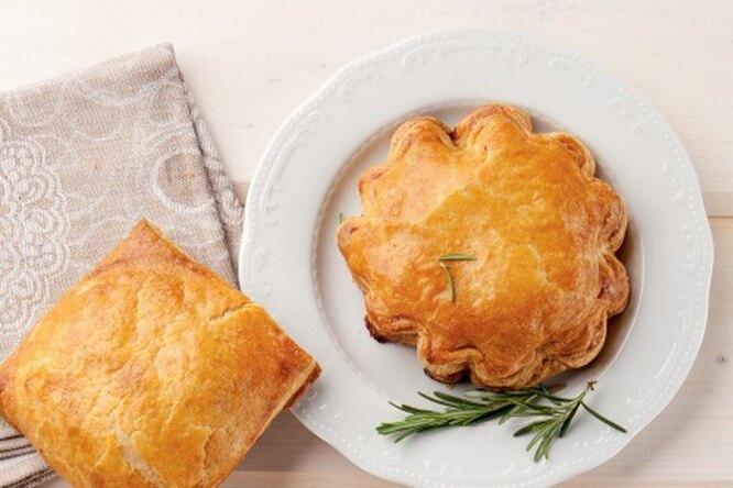 Слоеные пирожки с телятиной и зеленью