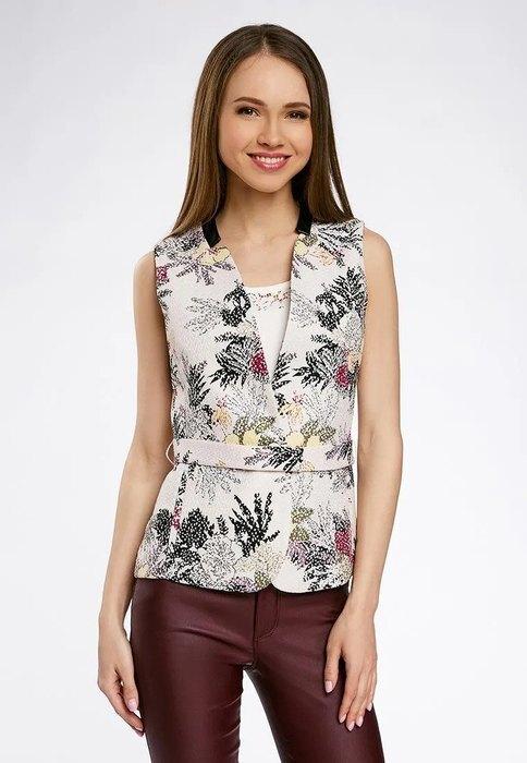 девушка в цветочном жилете и брюках