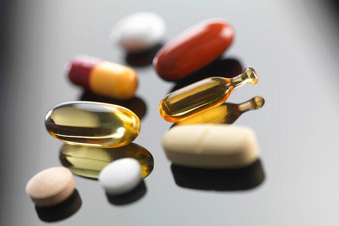 Нужно ли принимать витамины? Россыпь разных таблеток и капсул, содержащих витамины