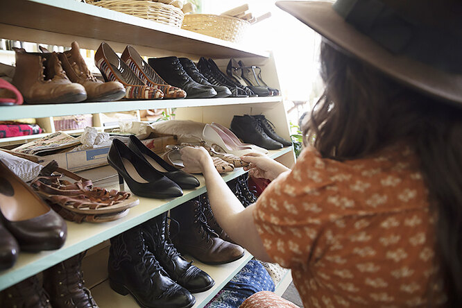 девушка возле полок с обувью
