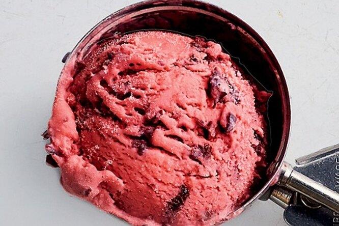 Ванильное мороженое с вишней