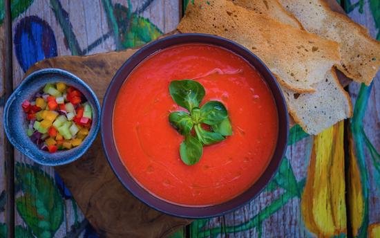 Яркие икреативные: какими бывают летние холодные супы