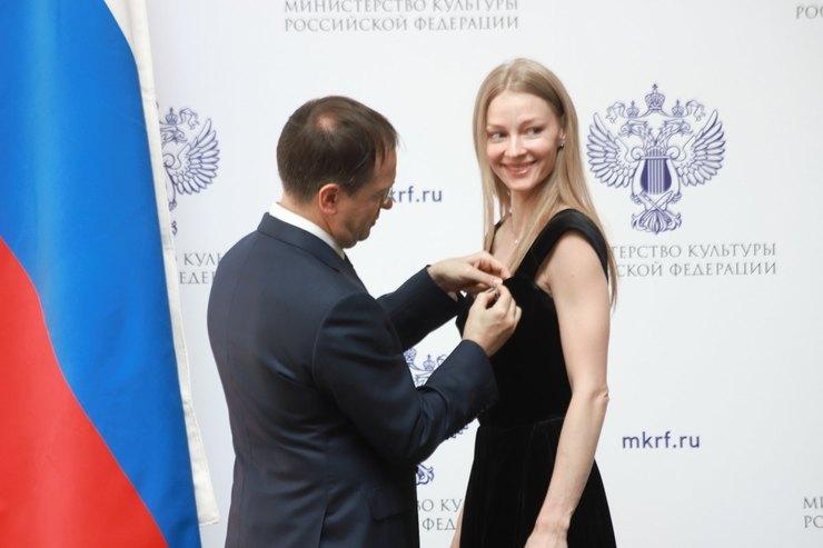 Владимир Мединский вручает награду Светлане Ходченковой