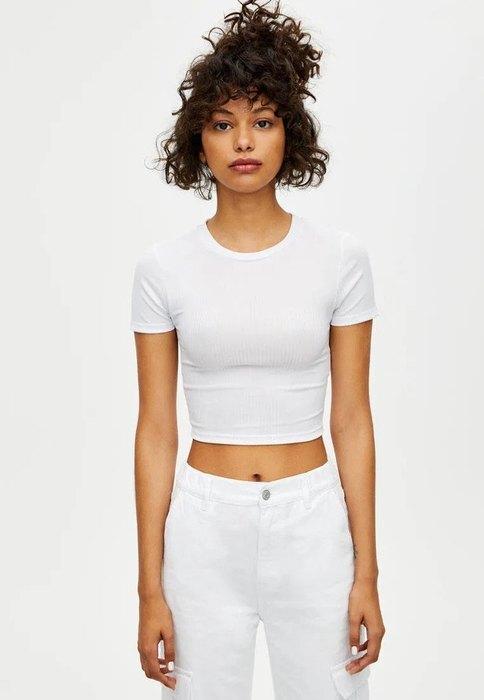 девушка в белом топе и брюках