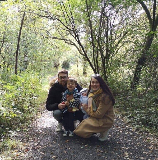 Сара с мужем, сыном Эзрой и маленькой Элизой