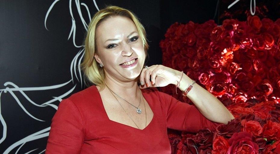 «Без фотошопа»: 45-летняя Алла Довлатова показала фигуру вкупальнике