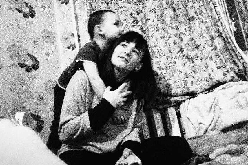 «Сына неотдам»: как помочь маме-выпускнице детдома сохранить семью