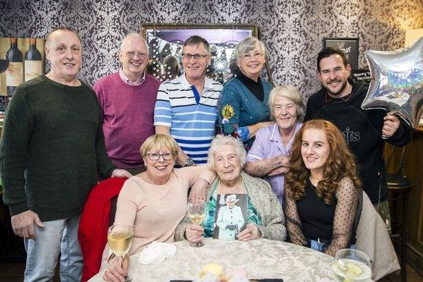 Эллен на вечеринке в кругу друзей и родных