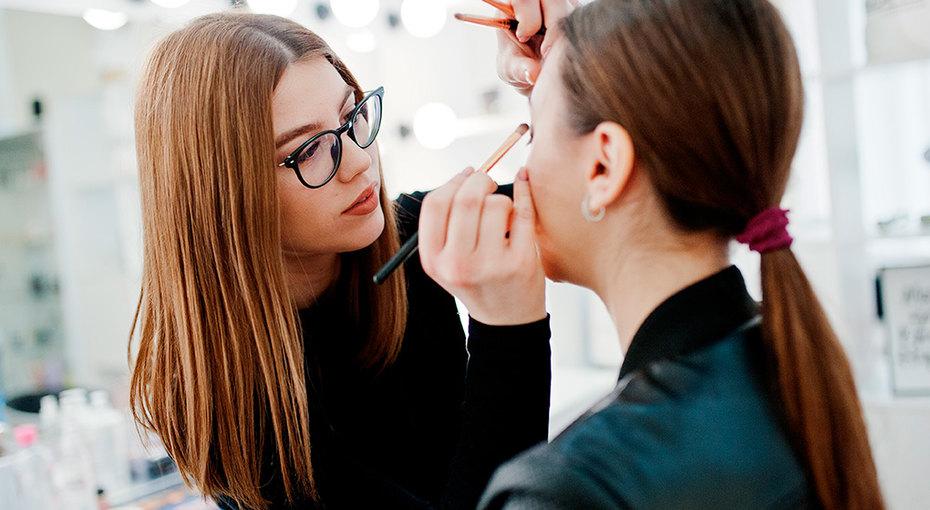 8 лайфхаков отзвездных визажистов, которые помогут спасти макияж (видео)