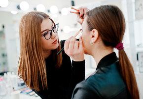 8 лайфхаков от звездных визажистов, которые помогут спасти макияж (видео)