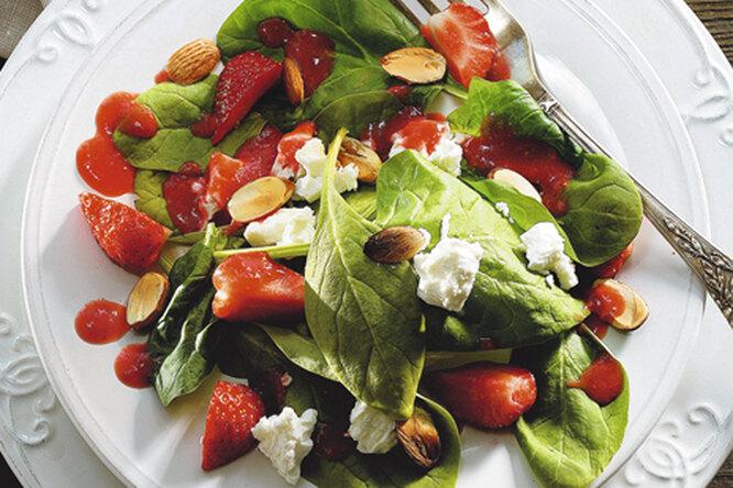 Салат из клубники, шпината и сыра
