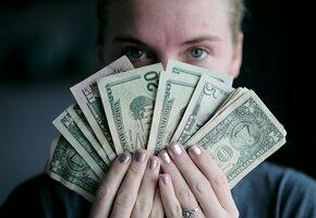 Бедная женщина вернула 3 млн, найденные в старой одежде. И получила награду