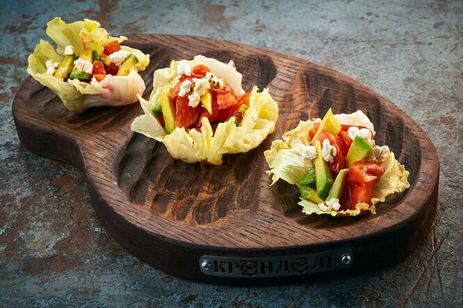 Рецепт салата с авокадо, розовыми томатами и попкорном