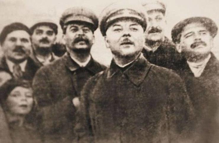 Парад вТушино. Александр Аросев сдочерьми (впереди Оля), Лазарь Каганович, Иосиф Сталин, Клим Ворошилов идругие, 12 июня 1935 года.
