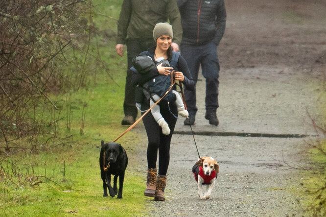 Меган Маркл на прогулке с собаками в Канаде