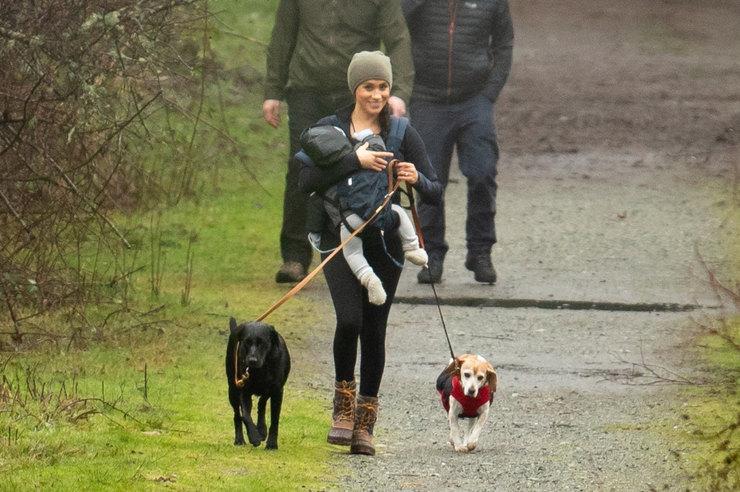 Меган Маркл напрогулке ссобаками вКанаде