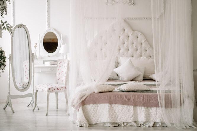В моду вернулись кровати с балдахином, но в более легком и современном прочтении