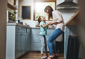 На кухне негде развернуться и невозможно найти нужную вещь? Как сделать стандартную кухню удобнее