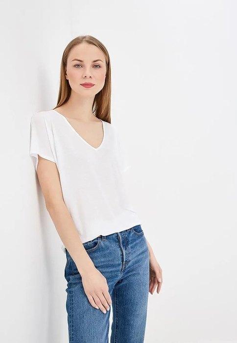 девушка в белой футбоке и джинсах