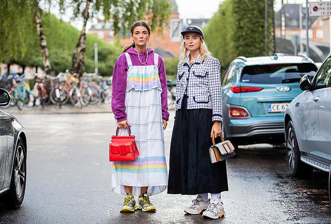 модные девушки, треккинговые кроссовки
