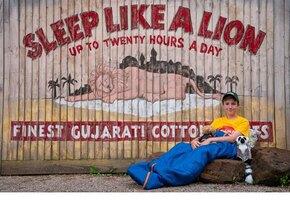 11-летний мальчик год прожил в палатке и заработал 50 миллионов на доброе дело