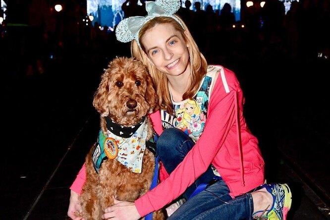 У девушки отказали руки, но пес помогает сохранять позитив